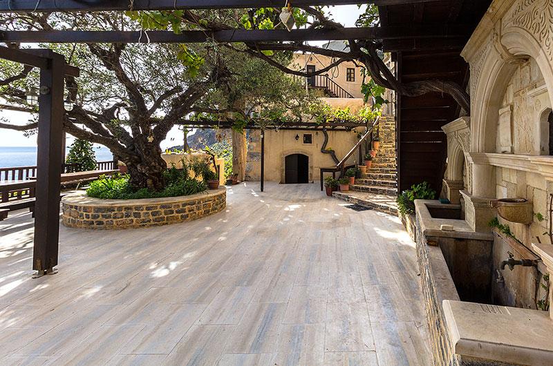 Der luftige Klosterhof besitzt zwei große Brunnen.