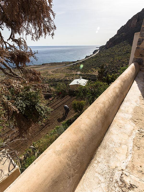 Wunderbare Aussicht vom Kirchhof auf die Terrassengärten und das Meer.