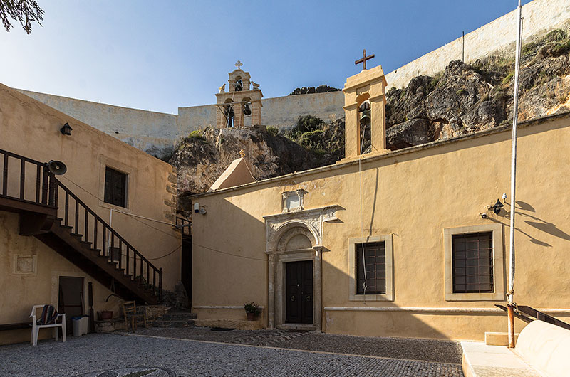 Die Kirche ist direkt in den Felsen hineingebaut.