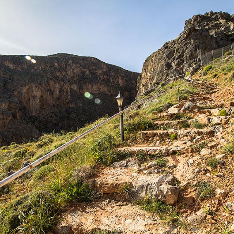Eine einfache Treppe führt zu Gerontogiannis Wohnhöhle hinauf.