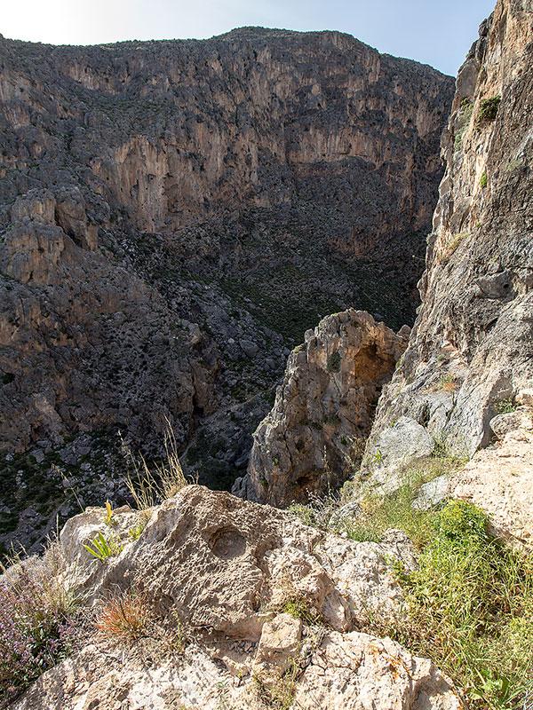 Blick in die Perivolakia-Schlucht, am Schluchtgrund ist der Wanderpfad erkennbar.