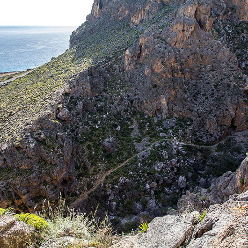 Der Wanderpfad der Perivolakia-Schlucht führt hinauf in das kleine Dorf Perivolakia.