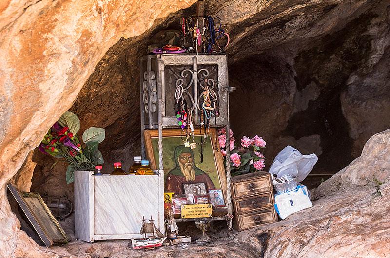 Innerhalb der Höhle stehen Ikonen von Gerontogiannis und verschiedene Votivgaben der Pilger.
