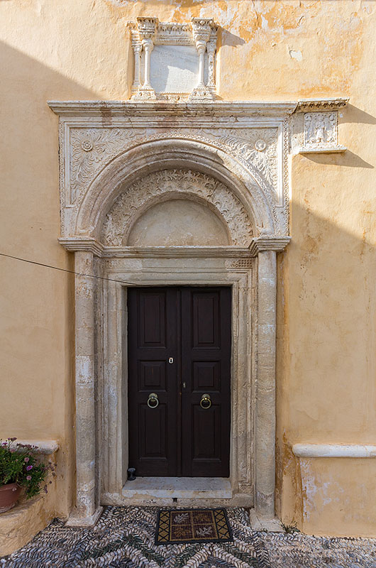 Das kunstvolle Renaissanceportal von Moni Kapsa.