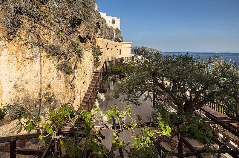 Aussicht in Richtung Südosten: Der Klosterhof, links darüber die Mönchszellen und dahinter die lybische See mit der Insel Koufonisi.
