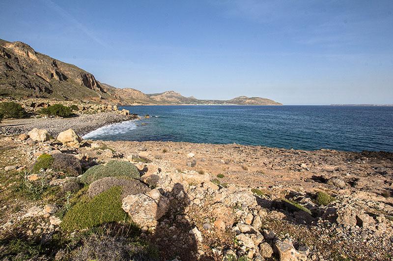 Der Strand mit dem Tamariskenhain unterhalb von Moni Kapsa.