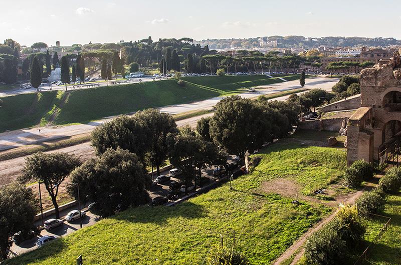 Der Circus Maximus war die größte Pferderennbahn im antiken Rom. Den Blick vom Palatinshügel auf den Circus genossen schon die Kaiser Roms.
