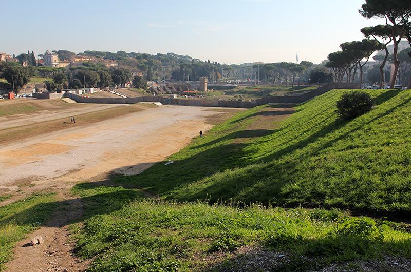 Der Circus Maximus ist heute eine Rasenfläche, in der die Arenaform noch gut erkennbar ist.
