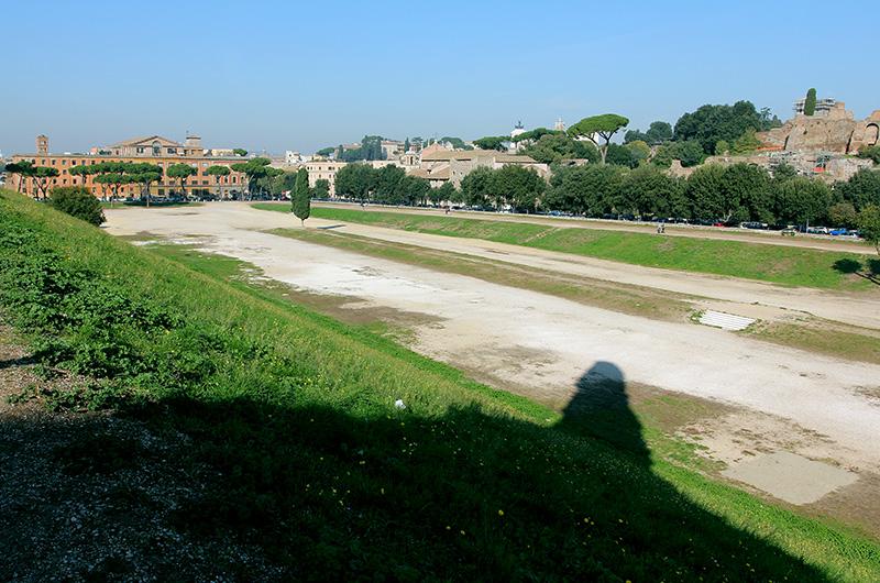 Der erste fest angelegte Circusbau stammt aus dem 2. Jhd. v. Chr., wurde später erneuert und immer wieder umgebaut und erweitert. In seiner größten Dimension sollen 380 000 Menschen darin Platz gefunden haben.