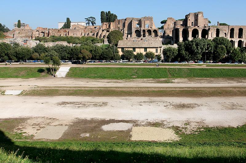 Gegenüber vom Circus Maximus ist der Palatinshügel auf dem die Kaiser Roms ihre Paläste hatten.