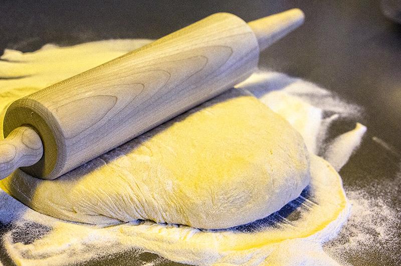 Mit einem Nudelholz möglichst dünn ausrollen.
