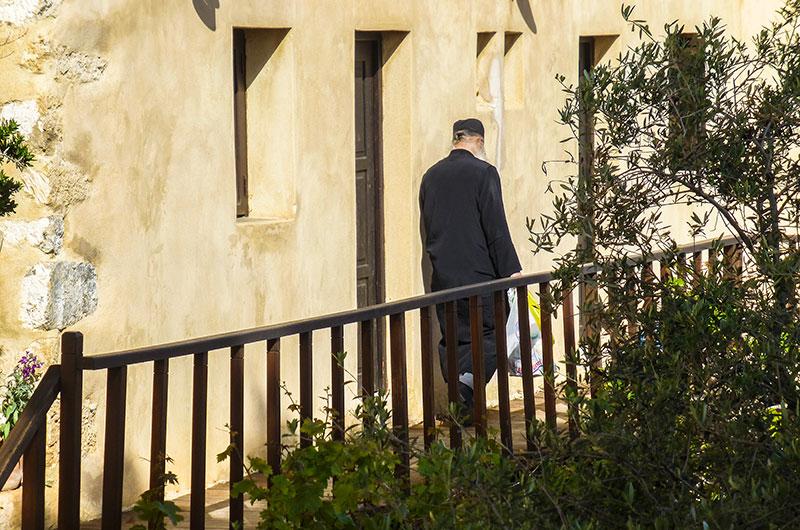 Ein weiterer Mönch auf dem Weg zu seiner Zelle.