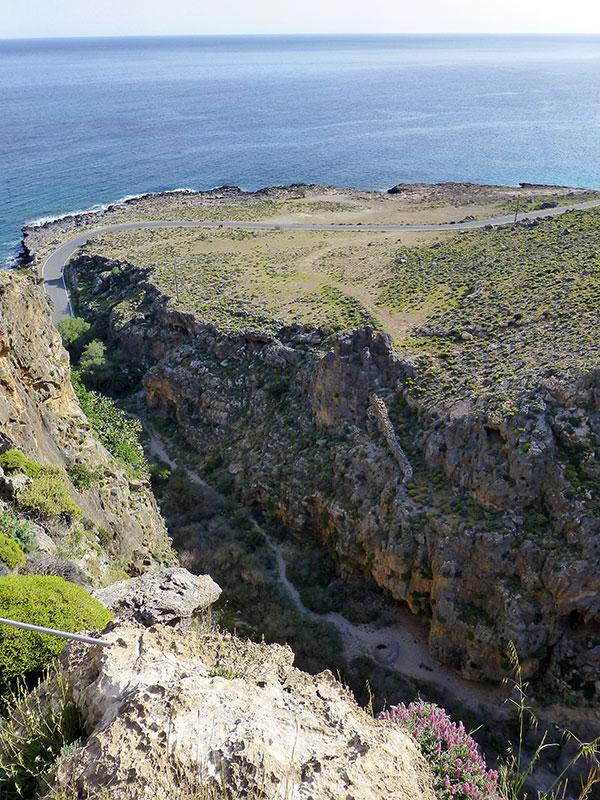 Überall im Ausgang der Schlucht sind Mauerreste erkennbar.