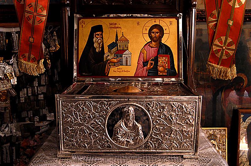 Das Grab von Gerontogiannis liegt innerhalb der Kirche und wurde uns als größter Schatz gezeigt. In einem silbernen Schrein (vorne) wird sein Schädel aufbewahrt.