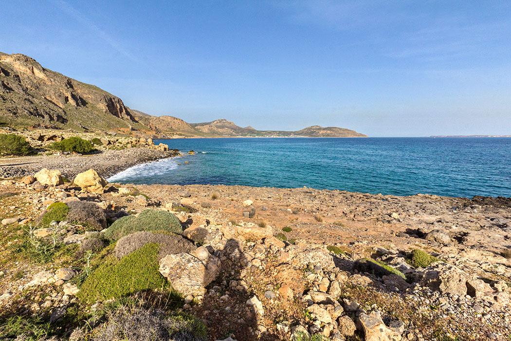 Ostkreta: Kloster Moni Kapsa und seine Strände – Extra: Insel Koufonisi - reise-zikaden.de - Griechenland, Kreta, Lasithi, Sitia, Goudouras, Moni Kapsa, Beaches, Strände, Panorama - Entlang der Küsten im Südosten Kretas ziehen sich fantastische Badestrände entlang: Goudouras-, Asprolithos- und Votsalaki-Beach sind einfach perfekt zum Sonnenbaden, Schwimmen und Entspannen.