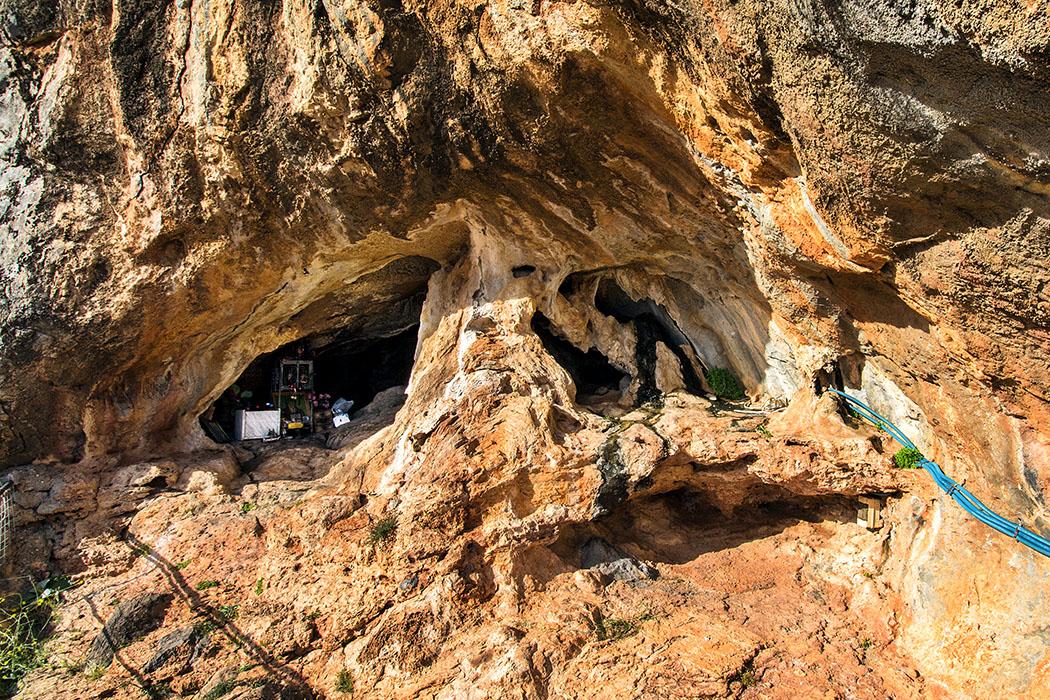 """Ostkreta: Kloster Moni Kapsa und seine Strände – Extra: Insel Koufonisi - reise-zikaden.de - Griechenland, Kreta, Lasithi, Sitia, Goudouras, Moni Kapsa, Kloster, Höhle, Ioannis Jerontakis, Gerontogiannis. - Der Mönch Ioannis Jerontakis, auch liebevoll """"Gerontogiannis"""" genannt, lebte für siebzehn Jahre in dieser Höhle an der Perivolakia-Schlucht, oberhalb vom Kloster Moni Kapsa."""