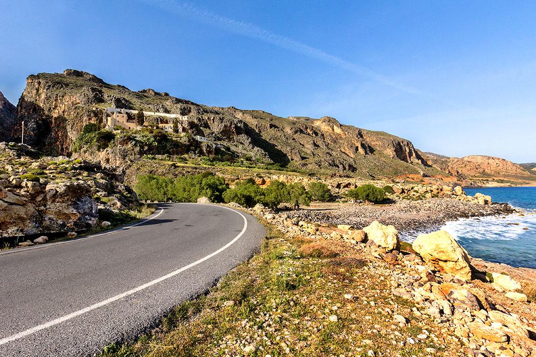 Ein Hauch von Afrika ist an Kretas Südküste bereits spürbar. Dicht an die Felsen am Ende der Perivolakia-Schlucht geschmiegt liegt das Kloster Moni Kapsa steil über dem Libyschen Meer.