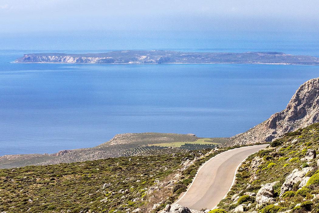 Ostkreta: Moni Kapsa & Strände um Goudouras – Plus: Insel Koufonisi - reise-zikaden.de - Griechenland, Kreta, Ostkreta, Lasithi, Sitia, Xerokampos, Zirsos, Insel Koufonisi - Ausblick auf die unbewohnte Insel Koufonisi von der Straße von Ziros nach Xerokampos. Vom Hafen in Makrigialos werden Bootstouren zu den fantastischen Sandstränden der Insel angeboten.