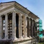 Das Forum Boarium ist das älteste Forum im Zentrum von Rom und liegt direkt am antiken Hafen vom Tiber. Der Tempel des Portunus stammt aus republikanischer Zeit, dahinter die Basilika Santa Maria in Cosmedin.