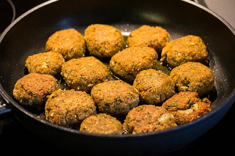 Kleine, flache Frikadellen formen und bei mittlerer Hitze 10 – 15 Minuten goldbraun ausbacken.