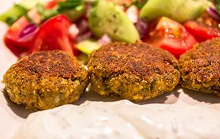 Rewithokeftedes: Knusprige Greek-Style Falafel mit Joghurtdip