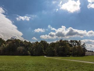 Landschaftliche Weite mitten in München: Der Nymphenburger Schlosspark nahe der Badenburg.