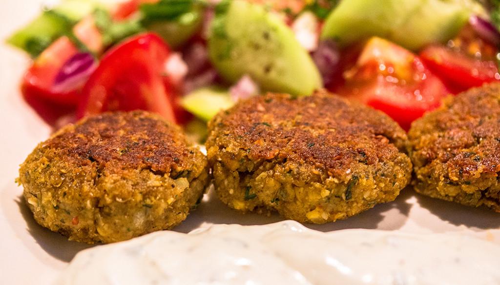 Revithokeftedes: Knusprige Greek-Style Falafel mit Joghurtdip.