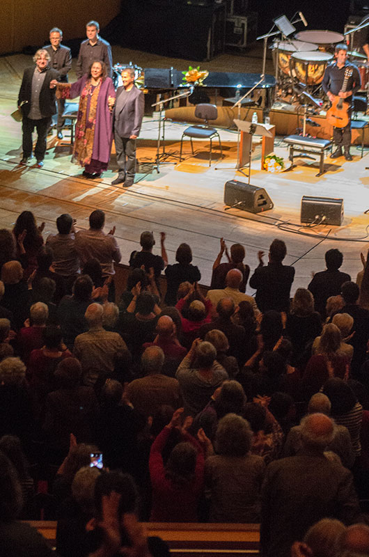 Hand in Hand verlassen Maria und George die Bühne.