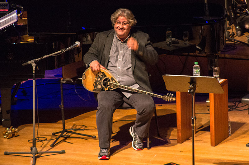 Der Komponist und Bouzoukispieler Alexandros Karozas beim Konzert in München.