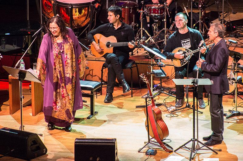 Maria Farantouri und George Dalaras werden von einem hervorragend Musikerensemble begleitet.