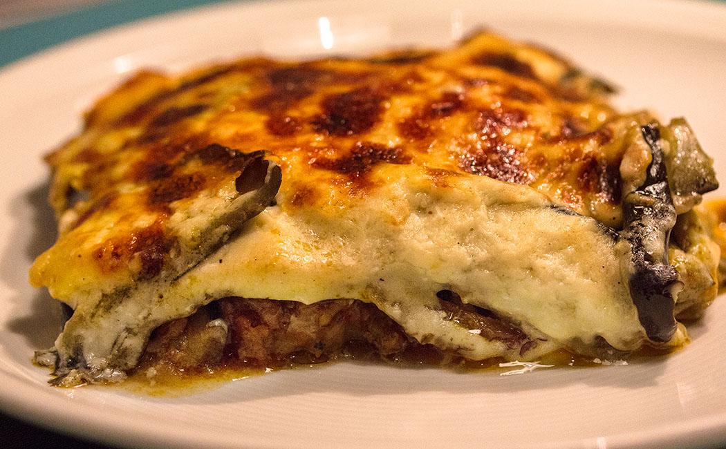 Moussaka (Moussakas me melitzanes, Μουσακάς με μελιτζάνες) Auflauf mit Auberginen und Hackfleisch: Ein absoluter Klassiker der griechischen Küche.