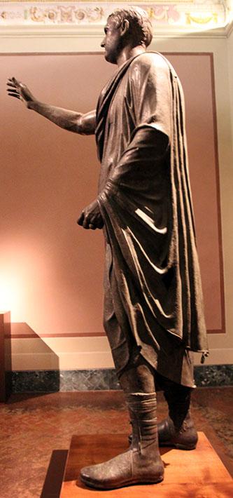 Die eindrucksvolle Bronzestatue des Arringatore (Der Redner), stellt den Etrusker Aule Metele dar. Er ist wahrscheinlich ein hoher Beamter oder sogar Senator gewesen.