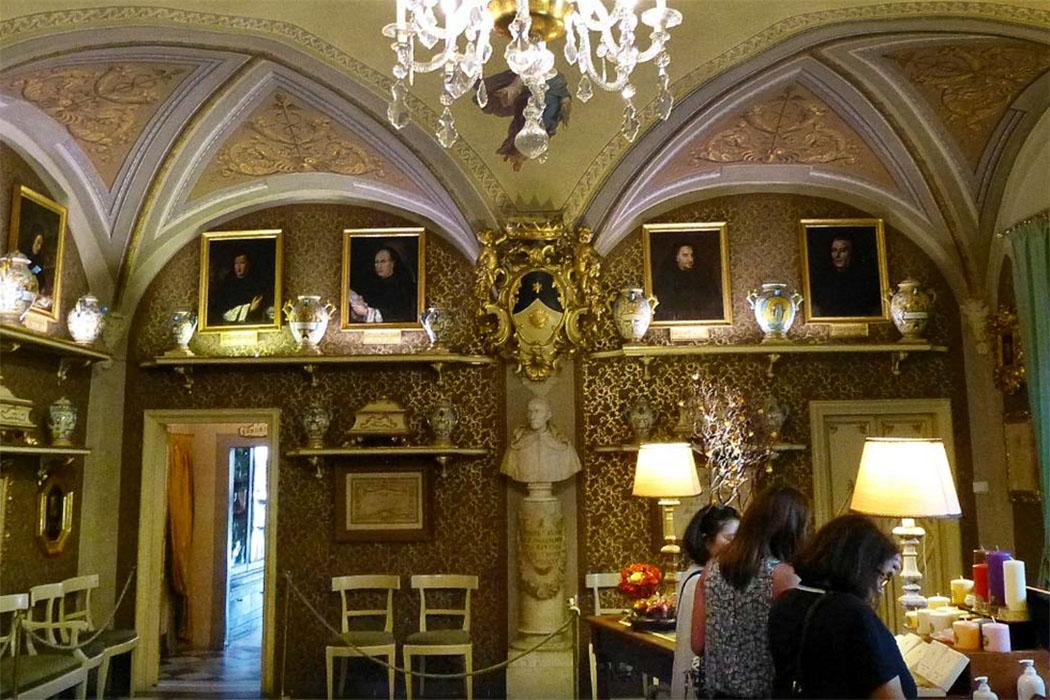 Farmacia di Santa Maria Novella - ein Juwel von einer Apotheke. Mit Wandmalereien, edlen Holzschränken, Gemälden und wertvollstem Porzellan.