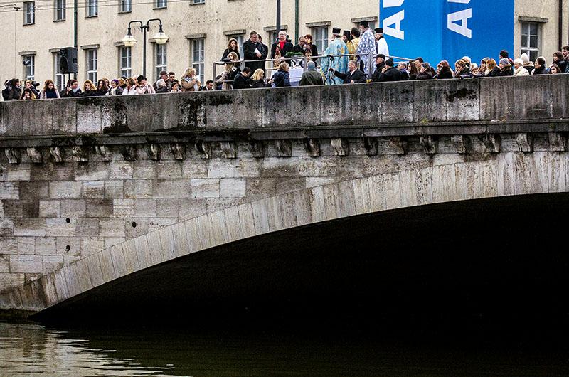 Weihbischof, Erzpriester und weitere griechisch-orthodoxe Priester versammeln sich auf der Ludwigsbrücke.