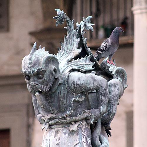 Die phantasievollen Barockbrunnen von Pietro Tacca stellen Meeresungeheuer dar und schmücken seit 1620 die Piazza Santissima Annunziata.