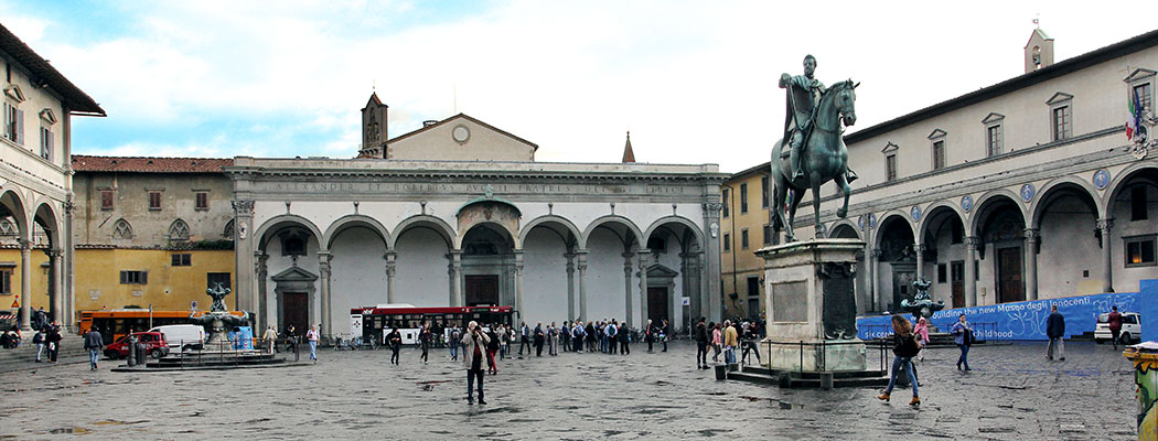 Die Piazza Santissima Annunziata mit Reiterstandbild von Ferdinando I. de Medici und den beiden Brunnen von Pietro Tacca. In der Mitte das Vorhaus der Kirche Santissima Annunziata, rechts das Ospedale degli Innocenti, links die Loggia von Antonio da Sangallo.
