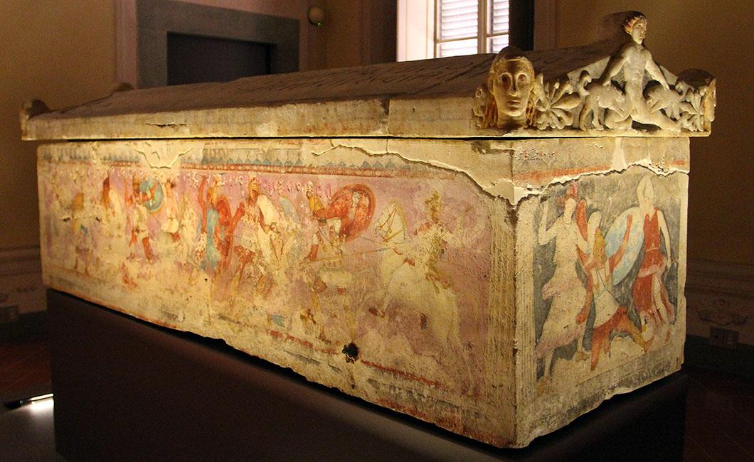 Der bemalte Amazonen-Sakrophag ist eine etruskische Arbeit aus dem 5. Jahrhundert vor Chr. ist aus griechischem Marmor. Abgebildet ist die Schlacht zwischen Griechen und Amazonen.