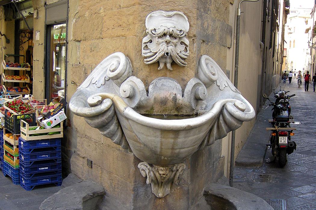 Die putzige Fontana dello Sprone im Borgo San Jacopo, nahe der Ponte Santa Trinita. Im Gassengewirr von Oltrarno ist der Brunnen ein guter Orientierungspunkt. Foto: Sailko, Wikipedia