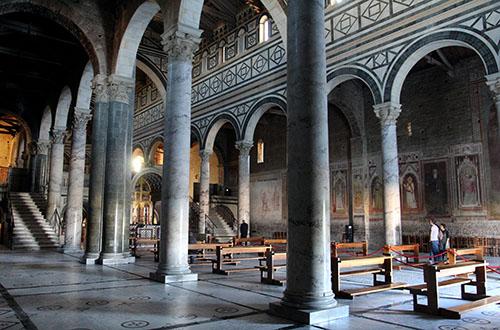 Sehenswürdigkeiten von Florenz Das Innere von San Miniato al Monte ist ungewöhnlich. Der Chor ist auf einer erhöhten Plattform über der großen Krypta angeordnet. Der Boden stammt aus dem Jahre 1207.