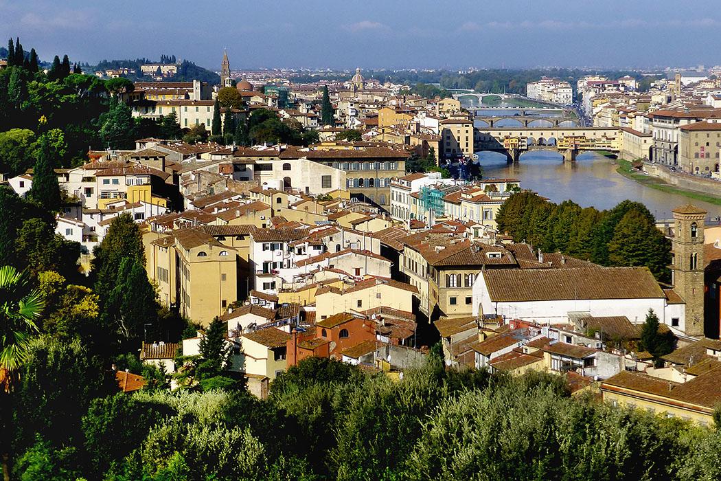 saBlick über das Viertel San Niccolò in Oltrarno hinunter zum Arno und zur berühmten Ponte Vecchio.