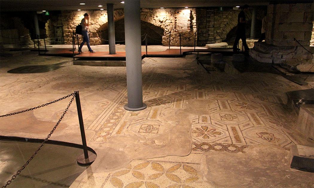 Der bedeutendste Fund in der Krypta von Santa Reparata ist ein spätantikes Mosaik, aus dem 4. bis 6. Jahrhundert, mit dem die Basilika ausgelegt war.