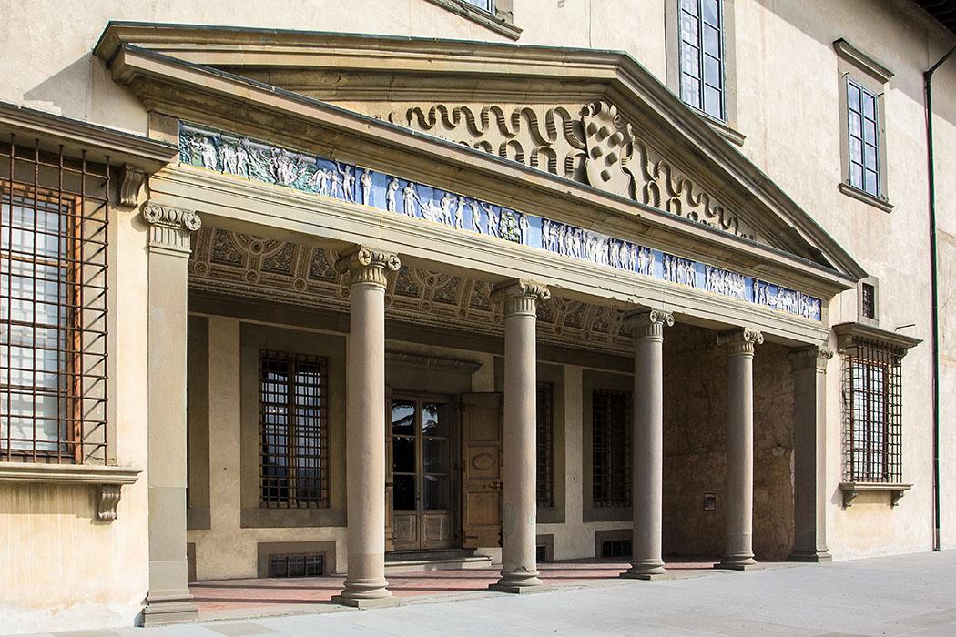 Die Vorhalle im ersten Stock der Villa Medici in Poggio a Caiano. Mit seinen Säulen und breiten Interkolumnien und seinem Fries aus glasiertem Terrakotta orientiert sich die Architekur an der Antike.