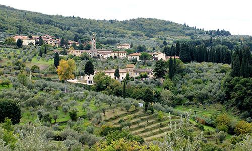Das toskanische Dorf Villamagna bei Bagno a Ripoli. Der Glockenturm der Pieve di San Donnino ist von weitem sichtbar.