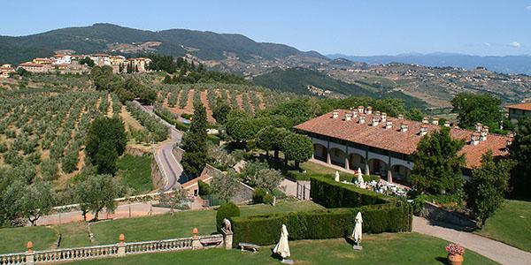 Das Hotel Paggeria Medicea bei der Villa Medici, im Hintergrund das Dorf Artimino.