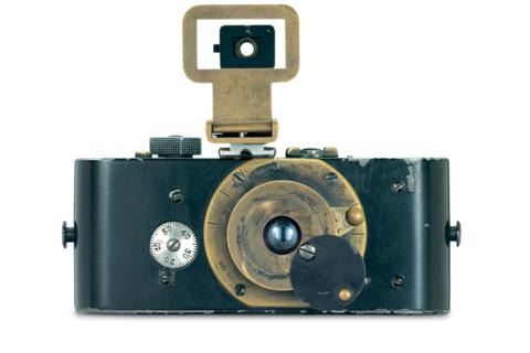 Augen Auf! 100 Jahre Leica Fotografie Der erste von Oskar Barnack konstruierte funktionsfähige Prototyp einer neuartigen Fotokamera für 35 mm perforierten Kino-Rohfilm wurde im März 1914 fertig. (Foto: de.leica-camera.com)
