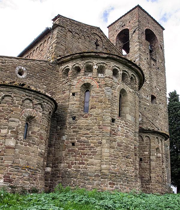 Die eindrucksvollsten Teile von San Leonardo in Artimino sind die drei externen Apsiden, die mittlere Apsis gliedert sich in tiefe Nischen, was auf einen langobardischen Einfluss schliessen lässt.