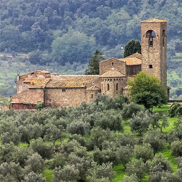 Die frühromanische Landkirche Pieve di San Leonardo von Artimino wurde im 11. Jahrhundert unter der Markgräfin Mathilde von Canossa erbaut.