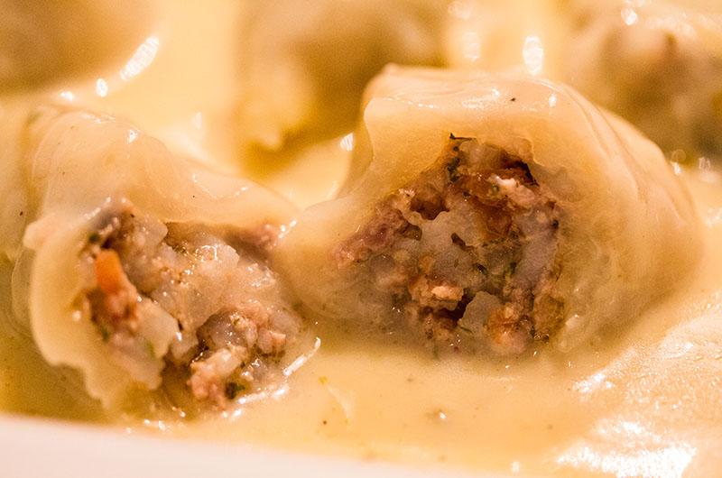 Weißkohlrouladen mit Zitronen-Ei-Sauce. Lachanodolmades wahre Seelentröster, die sowohl Kinder als auch Erwachsene gerne essen.