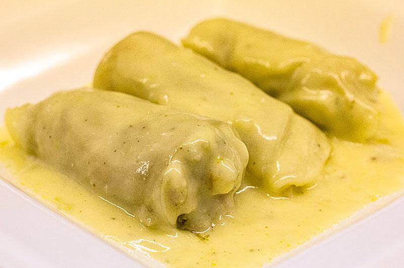 Weißkohlrouladen mit Zitronen-Ei-Sauce. Griechische Weißkohlrouladen mit Zitronen-Ei-Sauce sind ein ausgewogenes und preiswertes Essen.