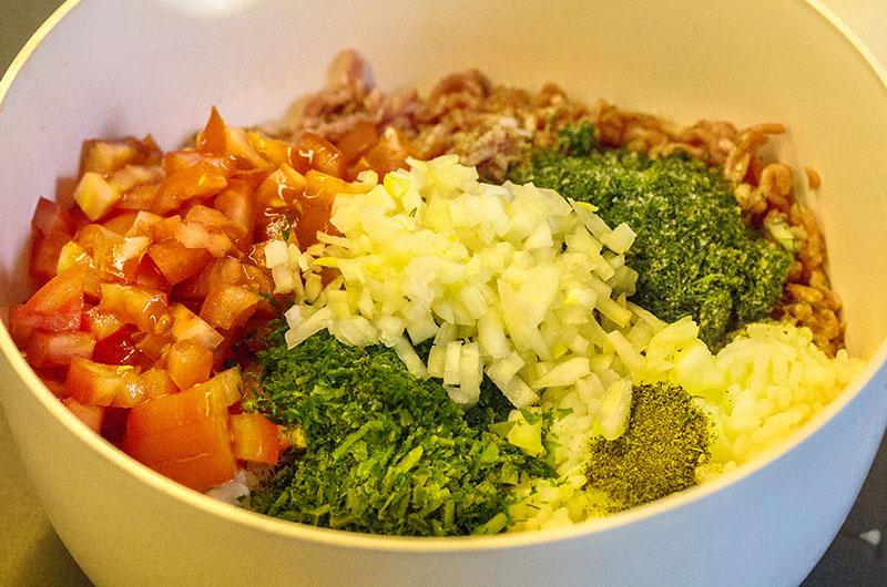 Weißkohlrouladen mit Zitronen-Ei-Sauce. Das Hackfleisch mit dem gekochten Reis, Tomaten- und Zwiebelwürfeln, Petersilie, Dill, Minze, Olivenöl, Salz und Pfeffer gut vermischen.